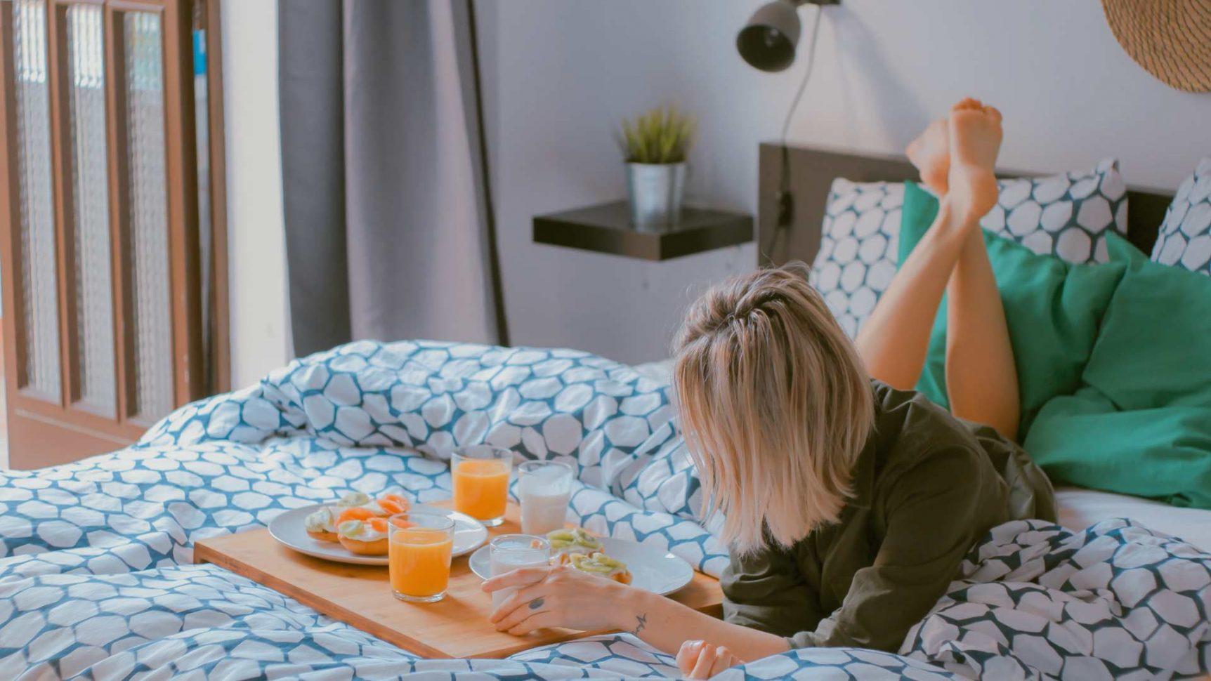 femme prenant son petit déjeuner dans sa chambre à Valloire