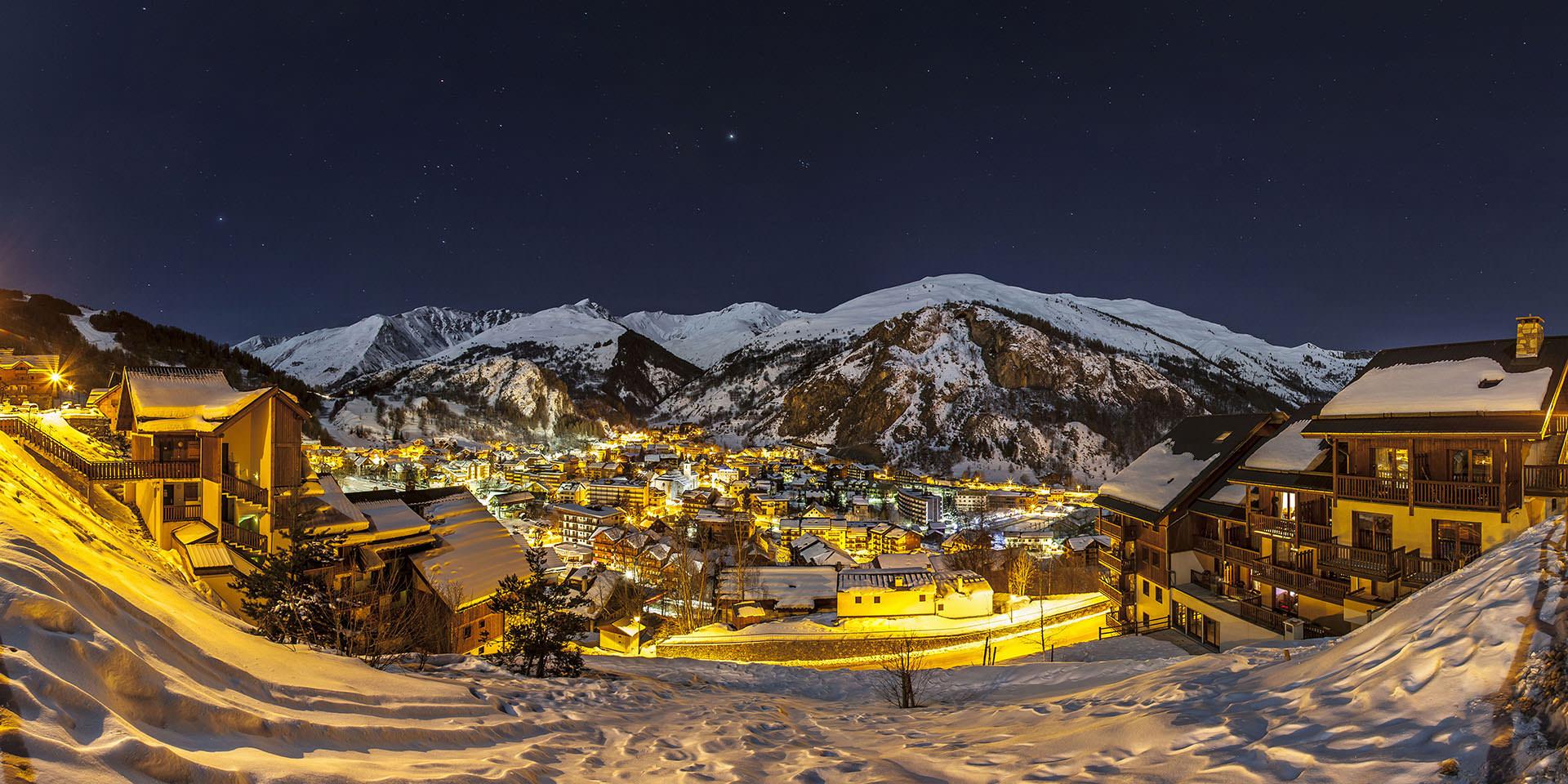 Village de Valloire enneigé de nuit en hiver