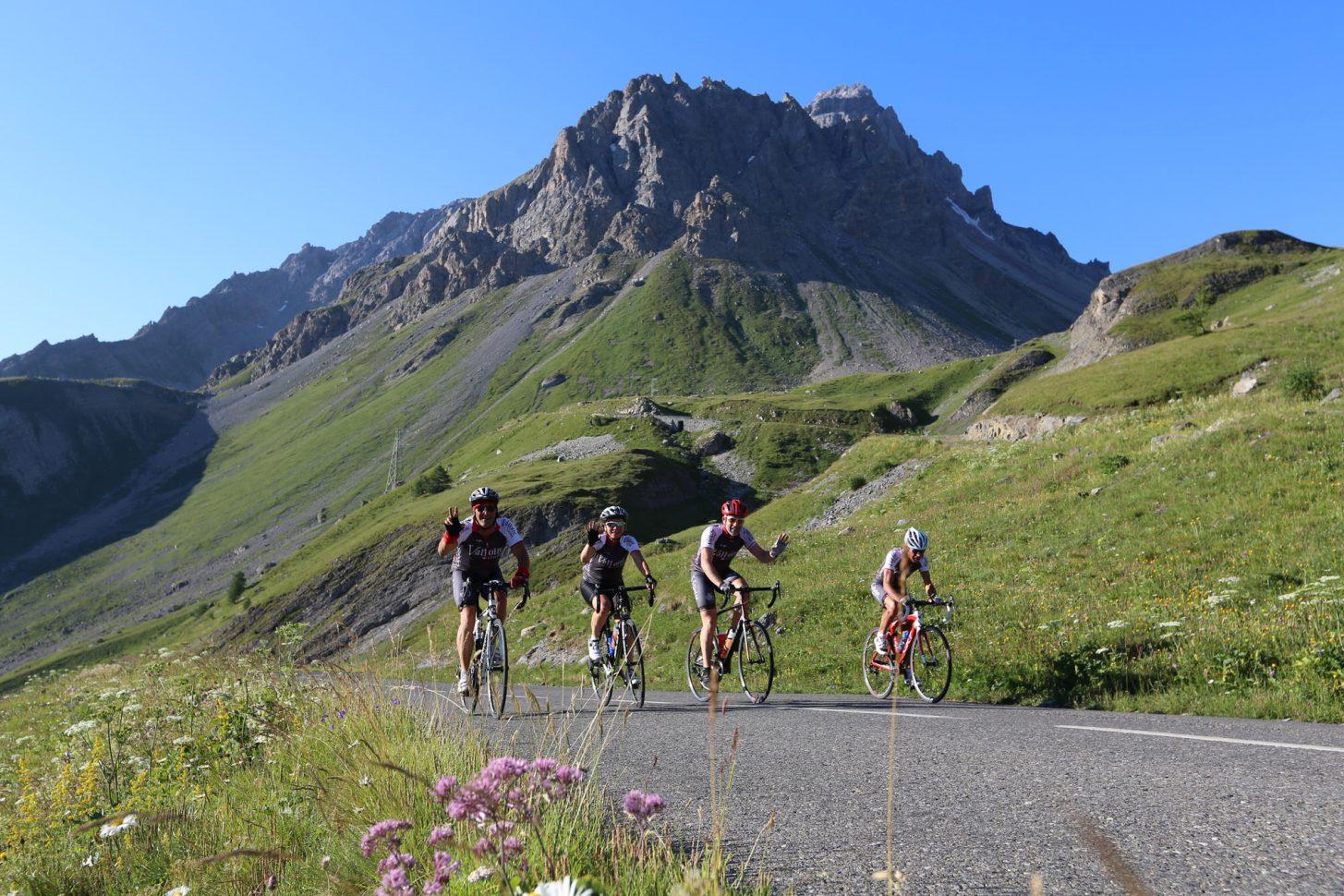 Groupe de cycliste dans la montée du col du Galibier, côté Valloire
