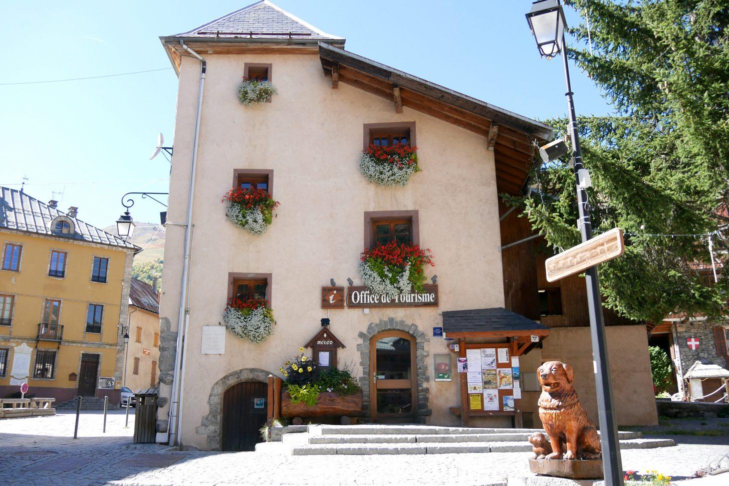 Façade fleurie de l'Office de Tourisme de Valloire
