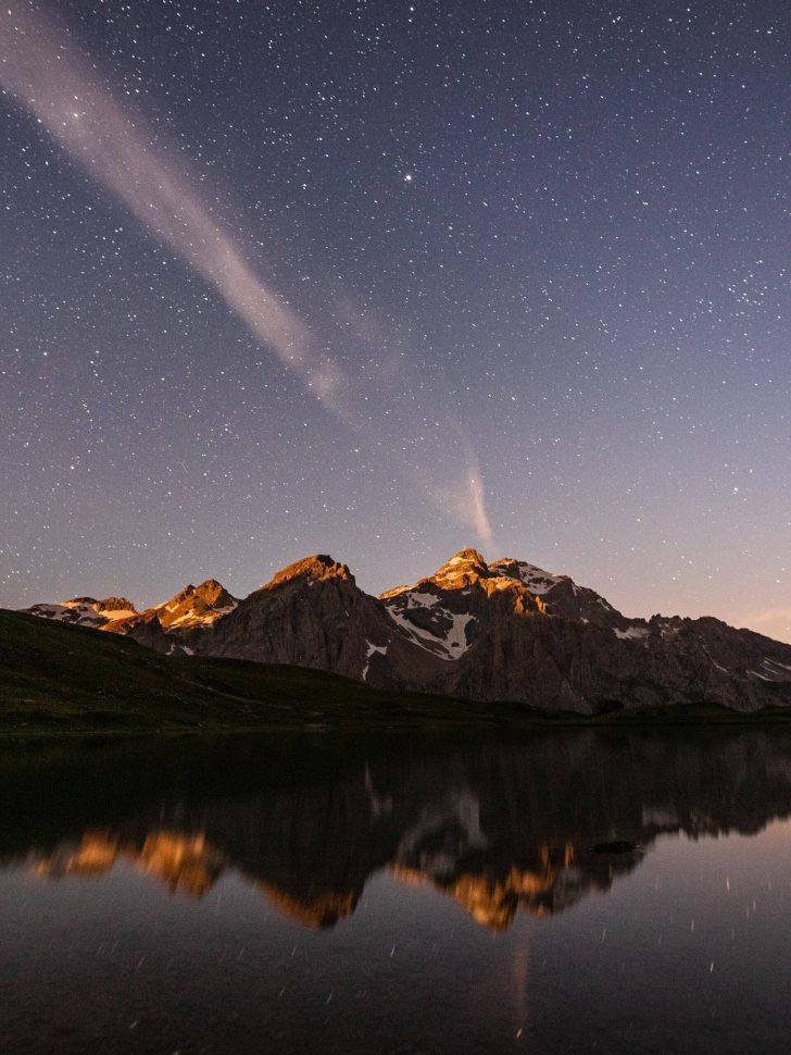 Le Lac des Cerces la nuit avec le Grand Galibier en toile de fond